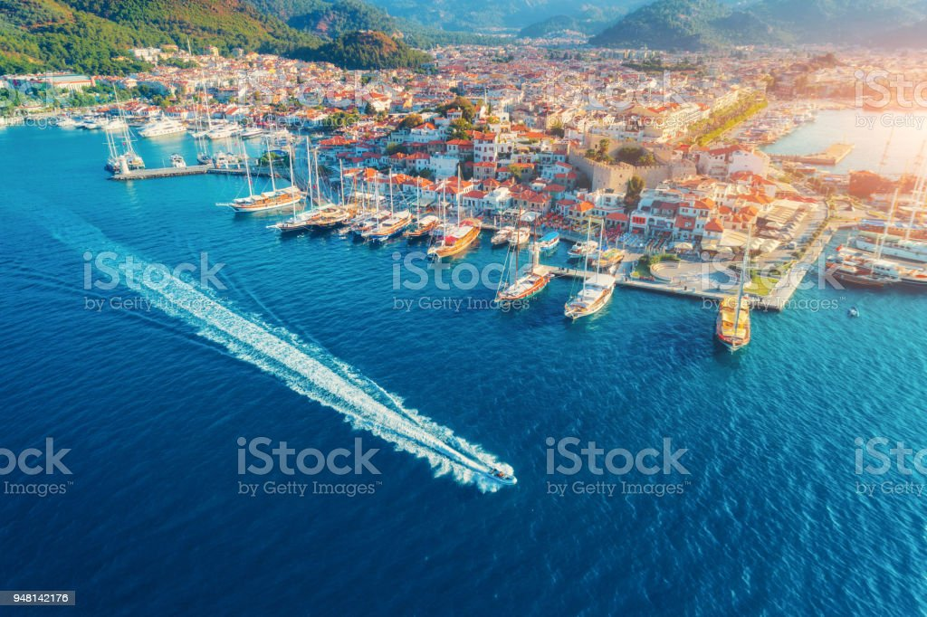 Aerial view of boats, yahts, floating ship and beautiful architecture at sunset in Marmaris, Turkey. Landscape with boats in marina bay, blue sea, city. Top view of harbor with yacht and sailboat. foto stock royalty-free