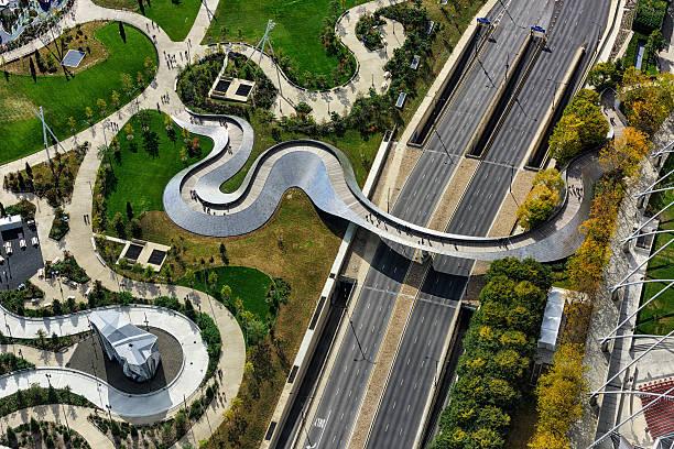 vue aérienne de la passerelle piétonnière bp, chicago - passerelle pont photos et images de collection