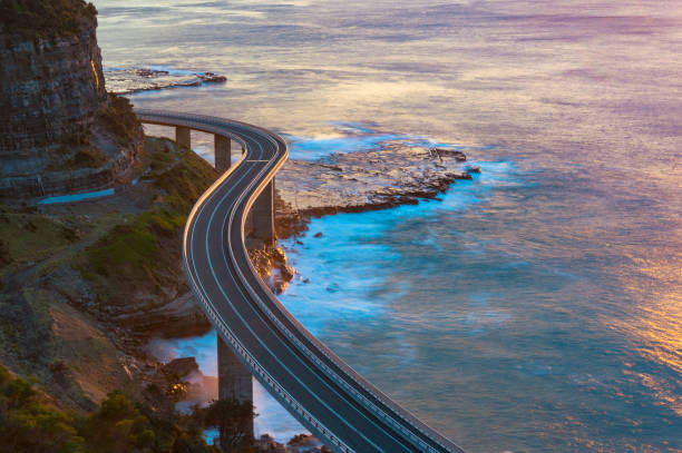 Vue aérienne du pont le long de la bordure de la falaise et océan - Photo