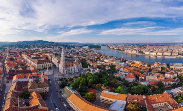空から見たブダペスト,ハンガリー - マーチャーシュ教会 ストックフォトと画像