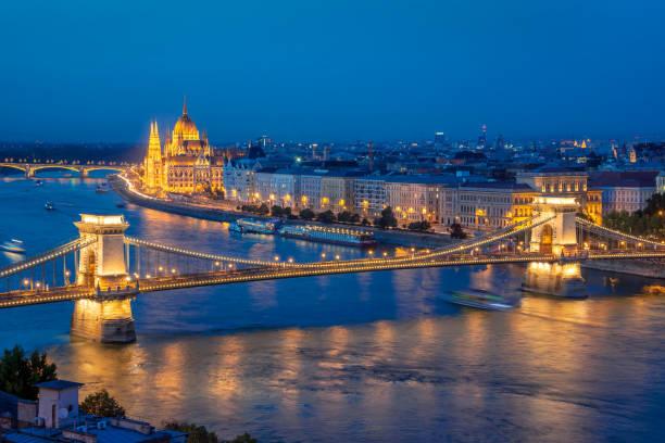 Luftaufnahme des Budapester Parlamentsgebäude und die Kettenbrücke über die Donau in der Nacht, Ungarn – Foto