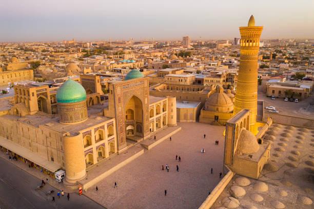 luchtfoto van bukhara, historische zijderoute, oezbekistan - karavanserai stockfoto's en -beelden