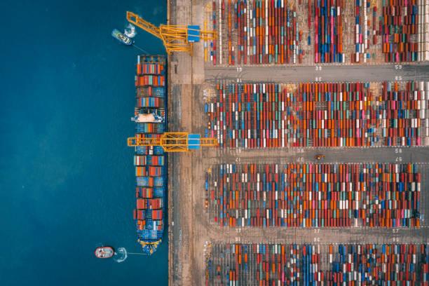 Luftaufnahme des Business-Anschluss mit Shore-Kran Verladung von Containern im Frachtschiff. – Foto