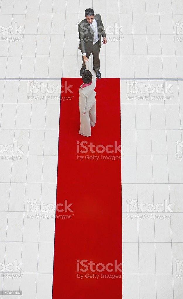 Vista aérea de Mulher de Negócios e um homem com Tapete Vermelho foto de stock royalty-free