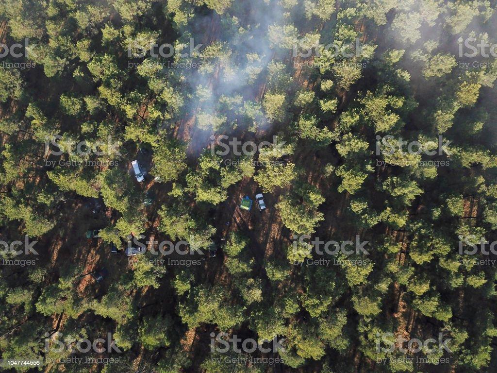 Ormanda kamp alanı hava görünümünü. stok fotoğrafı