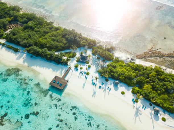 widok z lotu ptaka na canareef resort malediwy, wyspa herathera, atol addu - kurort turystyczny zdjęcia i obrazy z banku zdjęć