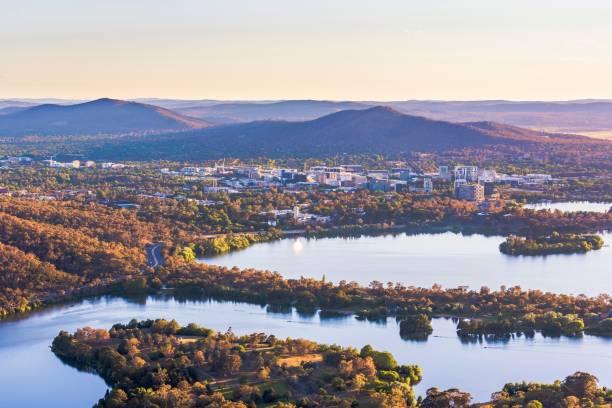 flygfoto över canberra central business district med soluppgång på lake burley griffin - canberra skyline bildbanksfoton och bilder