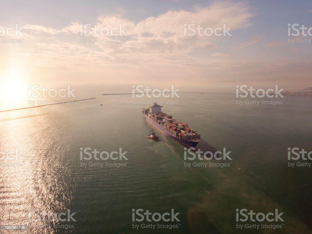 Hava Kargo görünümünü gemi Istanbul'da yoldaki. stok fotoğrafı