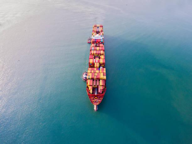 Luftaufnahme des Frachters auf der Durchreise. – Foto