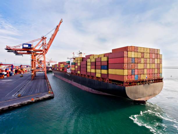vista aérea do navio de carga em trânsito. - recipiente - fotografias e filmes do acervo