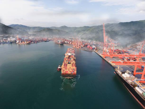 Luftaufnahme des Frachtschiffs auf der Durchreise. – Foto
