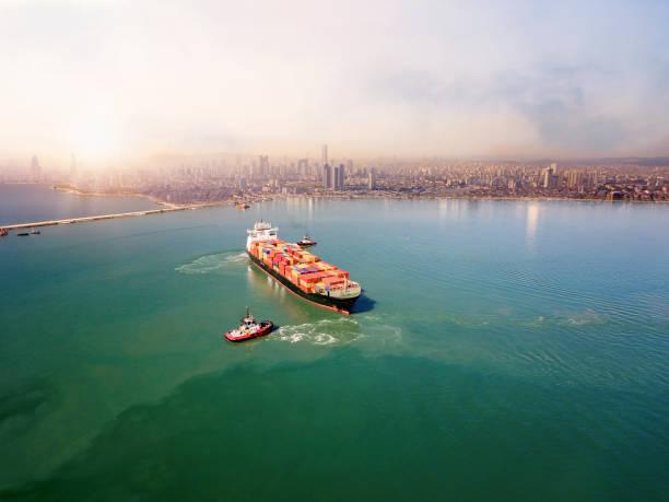 Luftaufnahme des Frachtschiffs, das den Hafen verlässt. – Foto