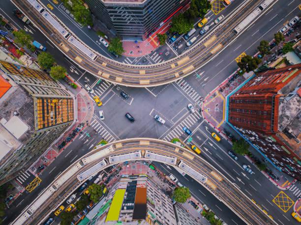 luftaufnahme von autos und zügen mit kreuzung oder kreuzung mit verkehr, taipei downtown, taiwan. finanzbezirk und geschäftsfeld. intelligente stadttechnik. - insel taiwan stock-fotos und bilder