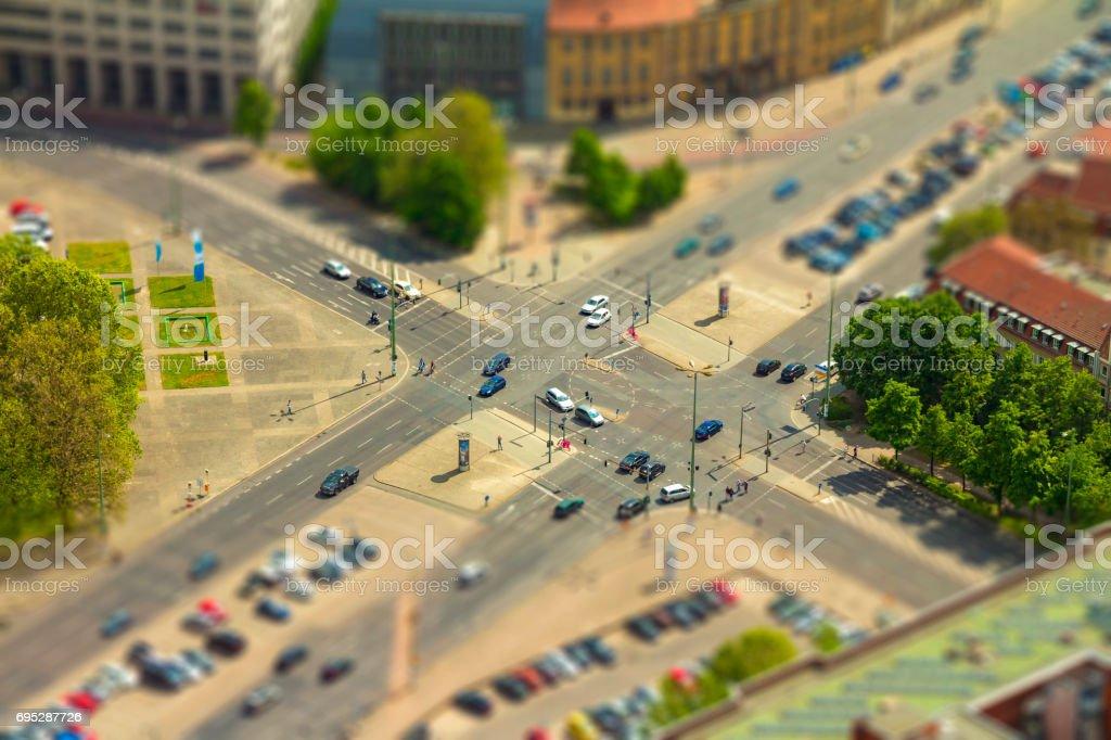 Luftaufnahme des Autos in einer Straßenkreuzung in einer Straße von Berlin-city – Foto