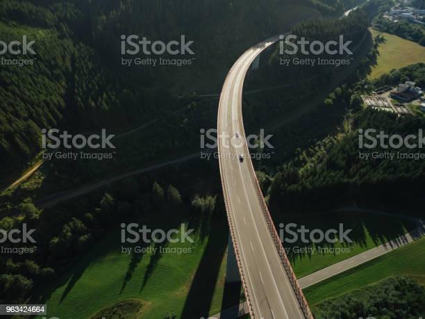 Widok Z Lotu Ptaka Samochodów Przejeżdżających Przez Most Nad Pięknym Zielonym Lasem - zdjęcia stockowe i więcej obrazów Most - Konstrukcja wzniesiona przez człowieka