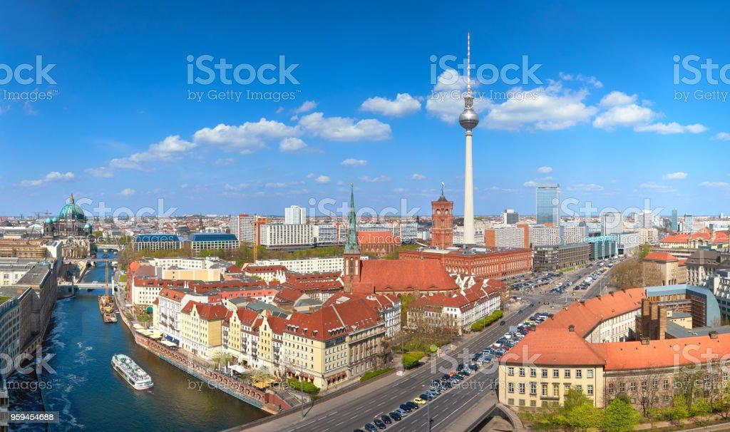 Luftaufnahme von Berlin-Mitte an einem sonnigen Tag im Frühling, einschließlich Alexanderplatz – Foto