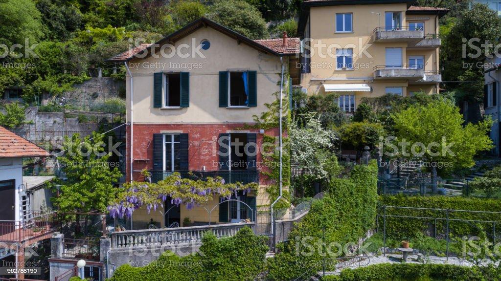 Vista aérea de chalé na Serra do Lago de Como - Foto de stock de Arquitetura royalty-free