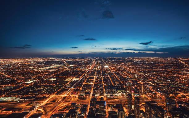luftaufnahme der skyline von chicago bei nacht - citylight stock-fotos und bilder