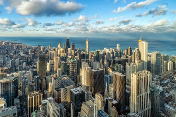 vista aérea del panorama del horizonte de chicago con cielo azul y nube en la hermosa hora del atardecer en chicago, illinois, estados unidos, paisaje y arquitectura moderna concepto - chicago fotografías e imágenes de stock