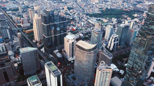 暖詩輕軌, 沙吞, 曼谷市中心的鳥瞰圖。亞洲智慧城市城市的金融區和商業中心。摩天大樓和高層建築在日落。圖像檔