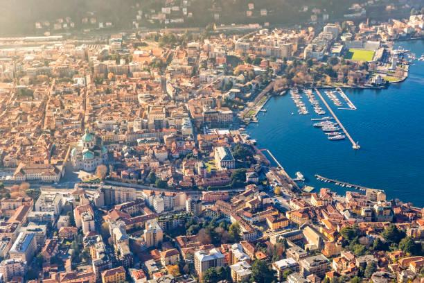 luchtfoto van de stad como op het comomeer, italië - como italië stockfoto's en -beelden