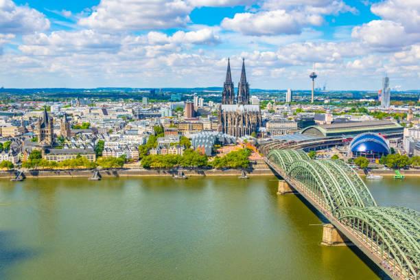 luftaufnahme des kölner stadtbildes mit hohenzollernbrücke, dom und st. martin kirche, deutschland - köln stock-fotos und bilder