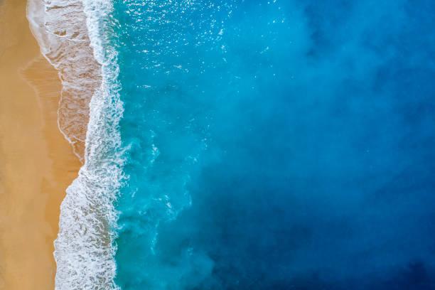 Luftaufnahme des klaren, türkisfarbenen Meer und Strand im Sommer – Foto