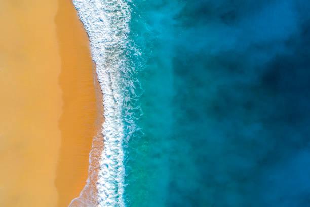 Luftaufnahme des klaren türkisfarbenen Meeres und der Wellen – Foto