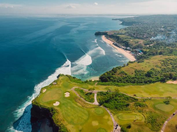 Luftaufnahme der Küste mit tropischem Strand und blauem Ozean und Wellen in Bali – Foto