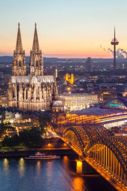 Luftaufnahme des Kölner Dom und Hohenzollernbrücke in der Abenddämmerung – Foto