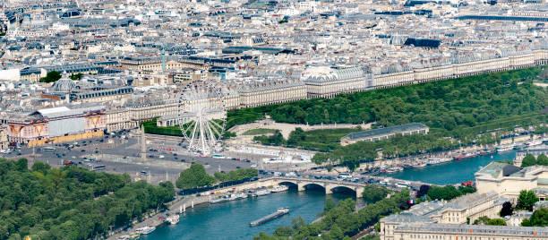 vue aérienne de la place de la concorde et le pont avec grande roue, obélisque et jardin des tuileries, près de museim musée du louvre à paris, france - avion supersonique concorde photos et images de collection