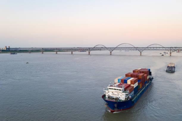Luftaufnahme des Containerschiffs auf dem Binnenfluss – Foto