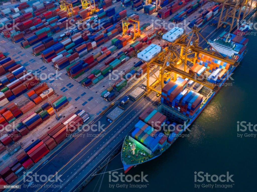 Vista aérea del patio de contenedores en la congestión del puerto con barcos de la nave son carga y descarga las operaciones de transporte en puerto internacional. Disparo de drone. - foto de stock