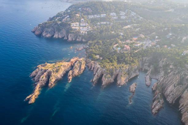 vista aérea de los acantilados de la costa brava al atardecer, Begur, España - foto de stock
