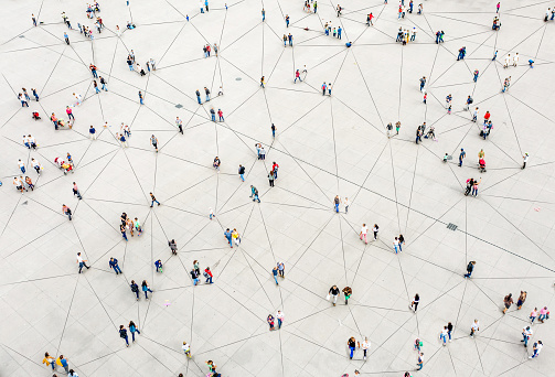 Aerial View Of Crowd Connected By Lines — стоковые фотографии и другие картинки Абстрактный