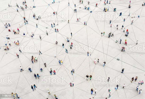 ラインで接続された群衆の航空写真 - GAFAMのストックフォトや画像を多数ご用意