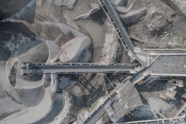 luftaufnahme der zerkleinerten steinbruchmaschine in einer baustofffabrik - betonwerkstein stock-fotos und bilder