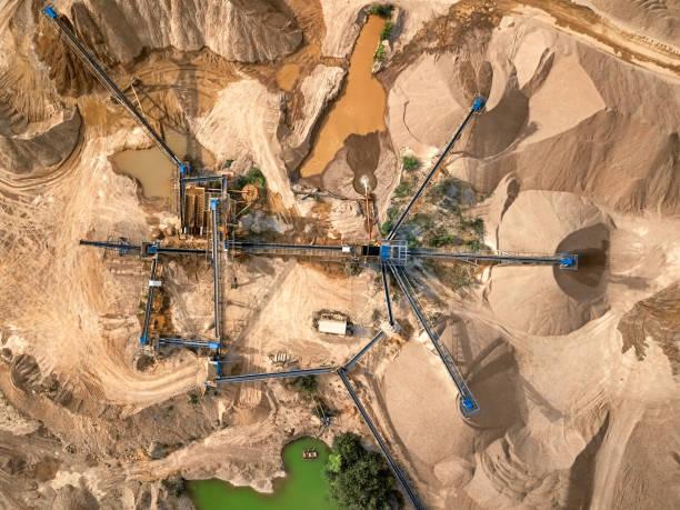 luftaufnahme von bruchstein steinbruch maschine - aerial overview soil stock-fotos und bilder