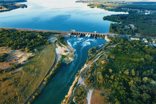 вид с воздуха на плотину на водохранилище с проточной водой, гидроэлектростанция, фото беспилотника - энергия воды стоковые фото и изображения