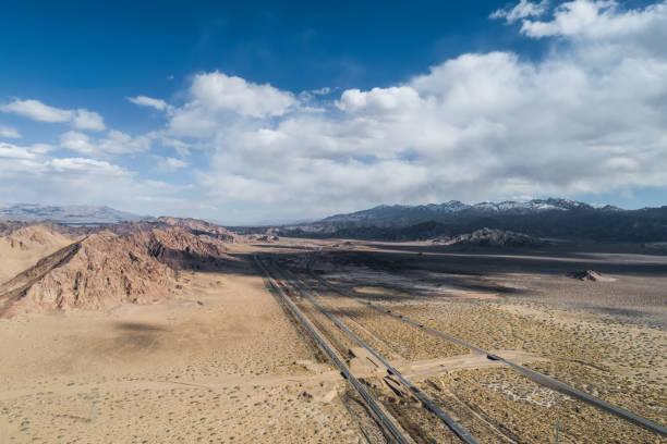 Luftaufnahme der Wüstenstraße im Nordwesten Chinas – Foto