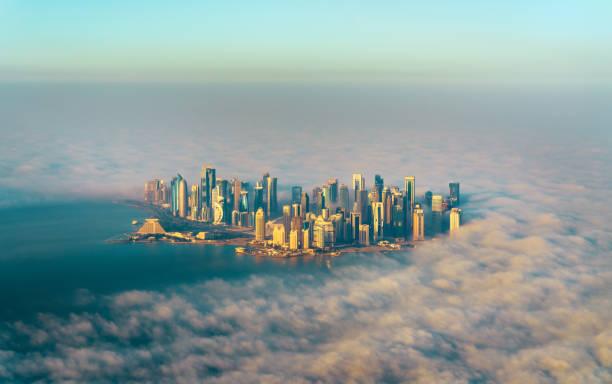vue aérienne de doha à travers le brouillard du matin - qatar, le golfe persique - qatar photos et images de collection
