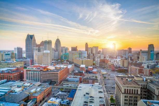 luchtfoto van downtown detroit bij zonsondergang in michigan - michigan stockfoto's en -beelden