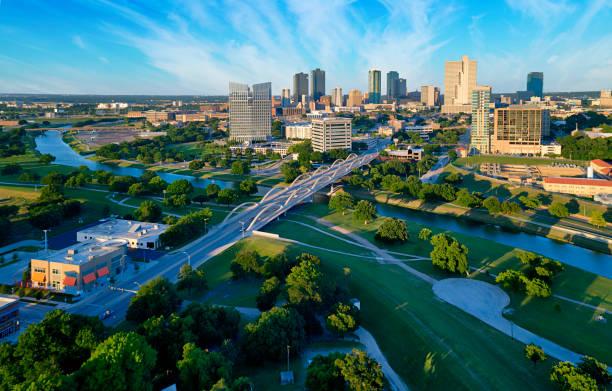 вид с воздуха на центр города форт-уэрт, штат техас - деловой центр города стоковые фото и изображения