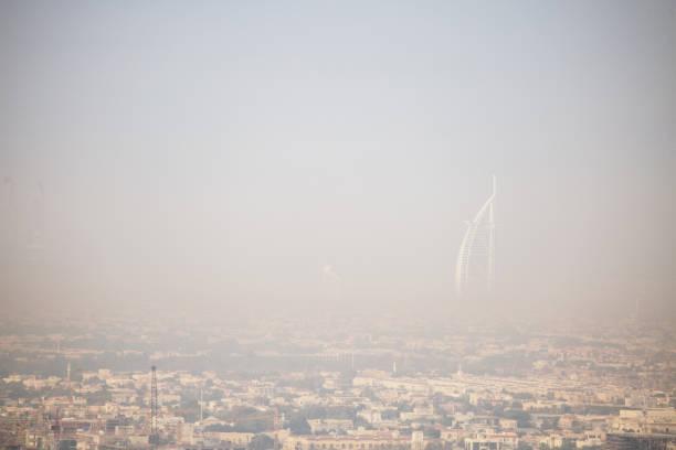 Luchtfoto van Dubai met mist foto