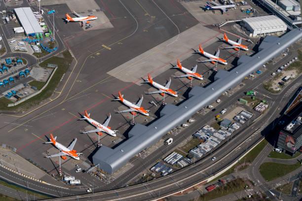 flygfoto över easyjet airbus flygplan på schiphol airport. - grundstött bildbanksfoton och bilder