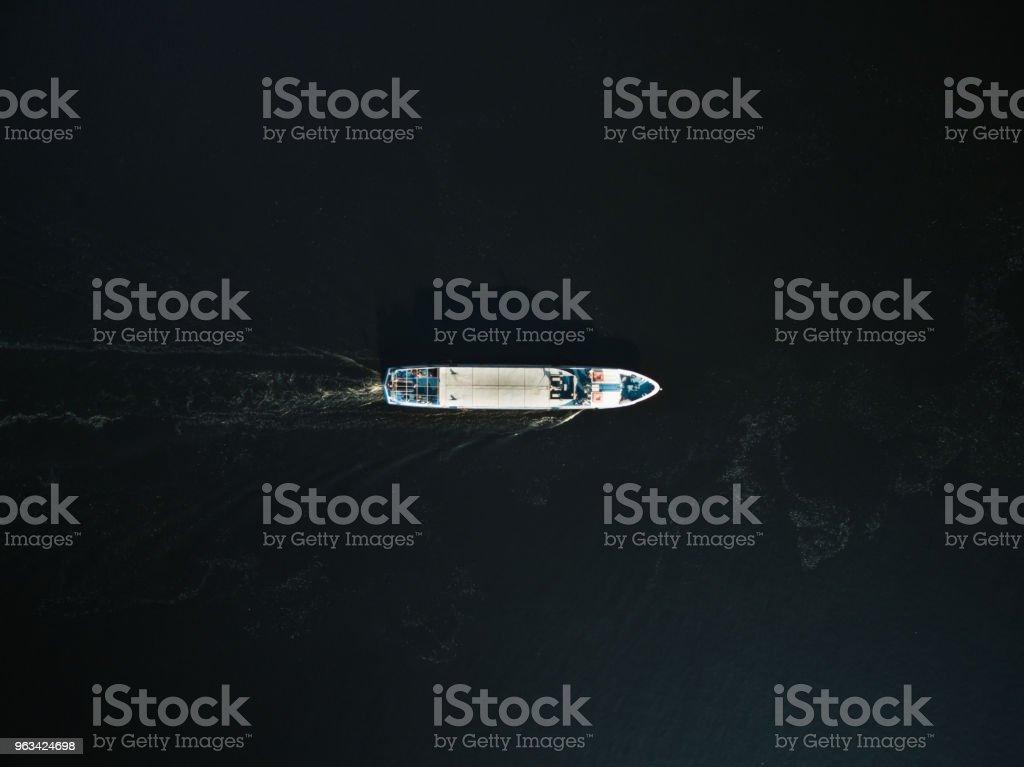 vue aérienne de l'excursion en bateau avec des passagers sur la rivière - Photo de Eau libre de droits