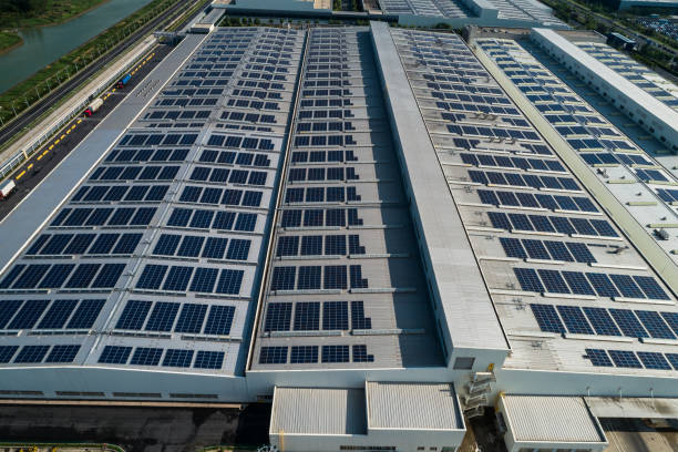 Luftaufnahme des Fabrikdach mit Sonnenkollektoren – Foto