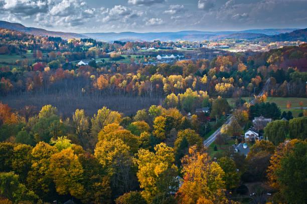 vista aérea da folhagem de outono em vermont - nordeste - fotografias e filmes do acervo