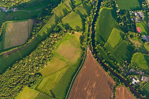 luftaufnahme der landwirtschaft felder sommer landschaft - aerial overview soil stock-fotos und bilder