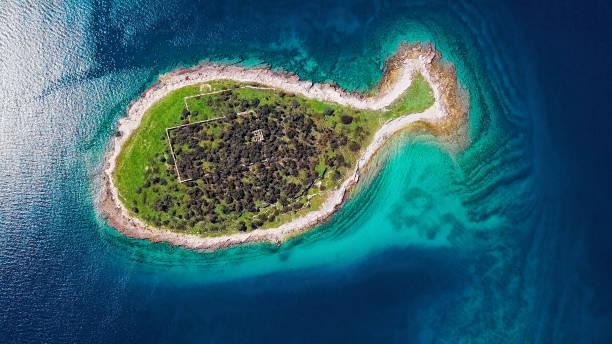 Luftaufnahme der fischförmigen Insel Gaz auf den Brijuni-Inseln, Istrien, Kroatien. – Foto